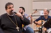 Yunan Kilisesi Papazı Şarkı Söylerken