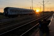 Tren garında güneşin doğuşunu seyrederken. Novi Sad /Sırbistan.